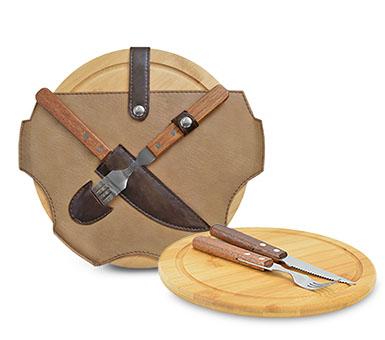 Lincolns. Set parrillero redondo simple con cierre. Incluye una tabla de bamboo y un juego de cubiertos con mango de madera en el interior. Medidas: 27 de diámetro x 3 cm de profundidad.
