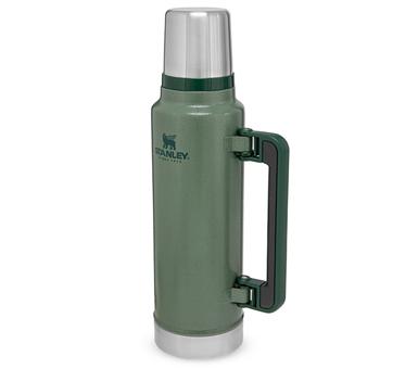 Termo Stanley Classic.  Capacidad: 1 litro.   Material: acero inoxidable 304. Tapón cebador. Medidas: 35 cm de Altura y 13 cm. de diámetro. Color: Verde